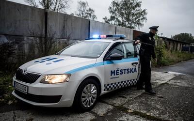 Agresor v Ostravě napadl těhotnou ženu pěstmi a kopanci přímo na zastávce.