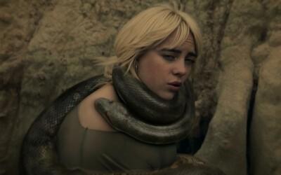 Billie Eilish se ve videoklipu nechává škrtit hadem. Poslechni si píseň z nového alba