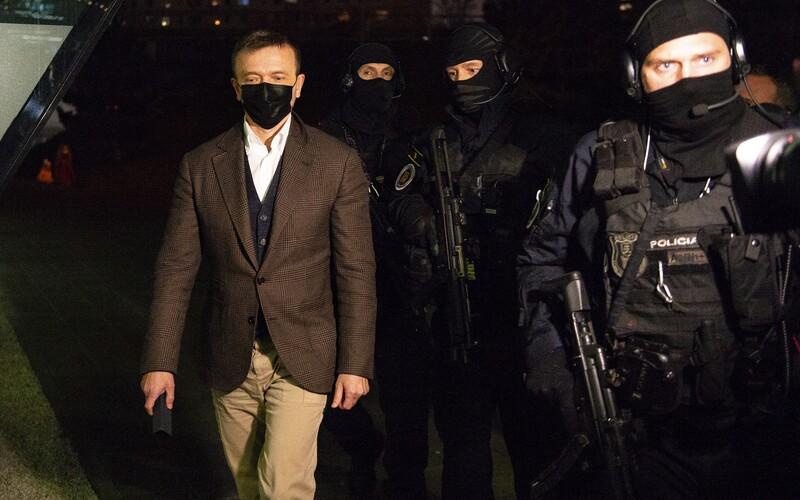 Prečo nemal Haščák na rukách putá, keď ho viedli do Penty? Polícia reaguje na lamentovanie verejnosti.