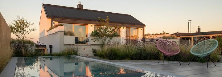Symetrická kompozícia, átrium, bazén aj výhľad na Pálavu. Vychutnaj si dokonalú prácu českých architektov