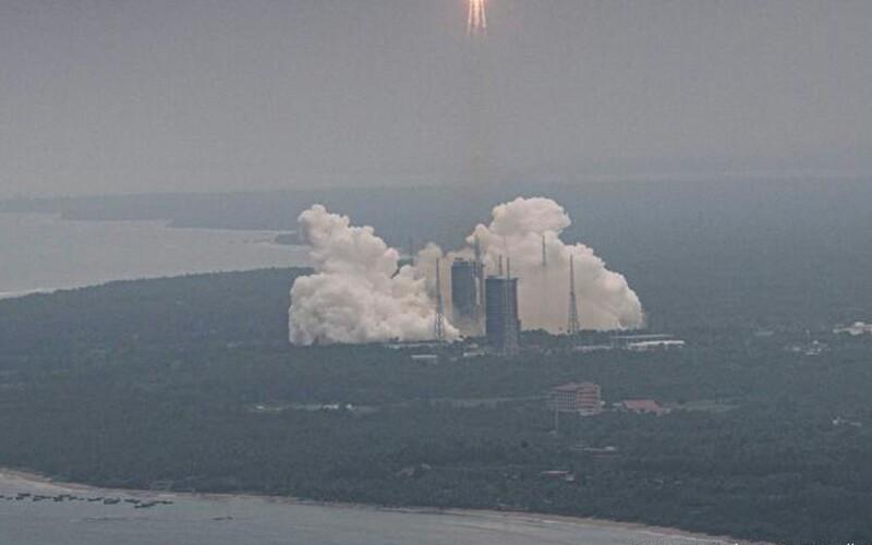 VIDEO: Neriadená čínska raketa padajúca z vesmíru zasiahla Zem. Zrútila sa blízko Maldív.