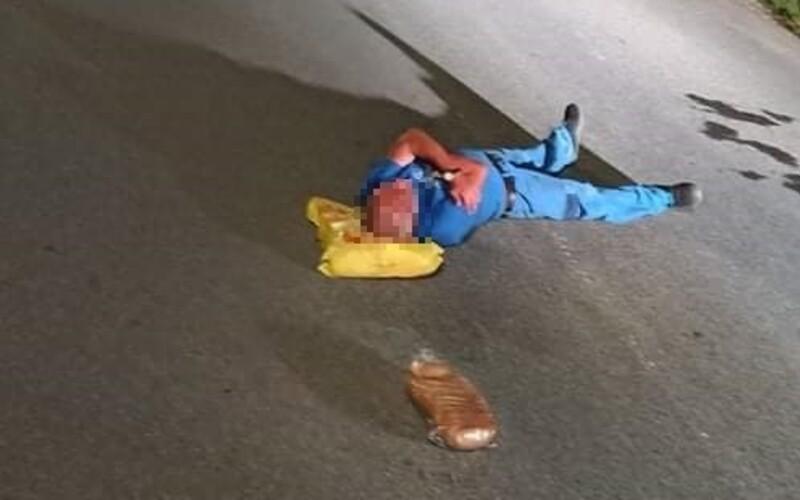 Muž v Jelšave zaspal priamo uprostred cesty. Tašku s nákupom použil ako vankúš.