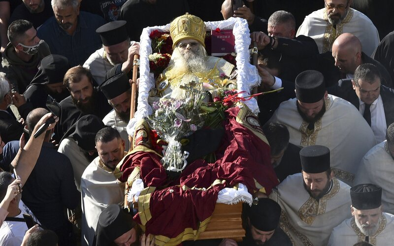 Najvyšších duchovných srbskej pravoslávnej cirkvi zabil Covid-19. Jeden nenosil rúško, druhý sa nakazil na jeho pohrebe.
