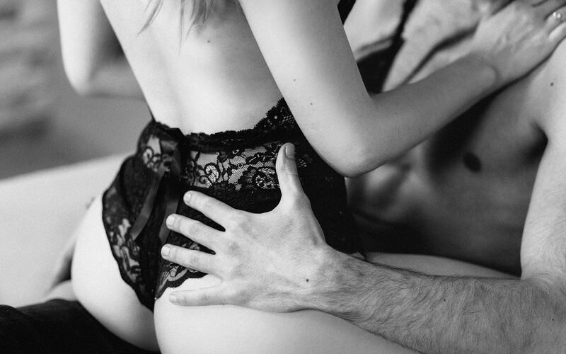 Až 30 % žien nikdy vaginálny orgazmus nedosiahne. Hľadanie bodu G je pre veľa mužov niečo ako pátranie po Lochnesskej príšere. Klitorálny, vaginálny, análny, mokrý či nekonečný. Aké typy orgazmu existujú a je naozaj vo vzťahu taký dôležitý?