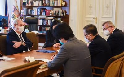 Do Česka má přijít čínská vakcína Sinopharm. Zemanově žádosti bylo vyhověno.