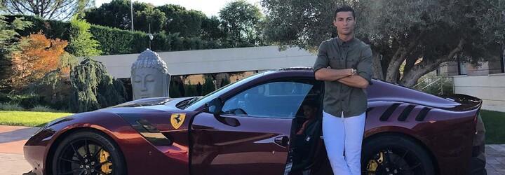 Cristiano Ronaldo si zkracuje čekání na nové Bugatti specifickým Ferrari v ještě specifičtější konfiguraci