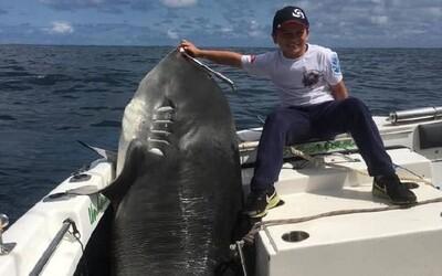 8-ročný rybár ulovil 314-kilogramového žraloka. Ľudia kritizujú chlapca aj jeho rodičov