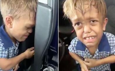 Devítiletý chlapec na videu chce od mámy nůž, aby se zabil. Trpí dwarfismem a každý den ho šikanují