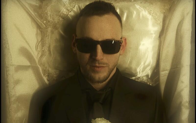 Hugo Toxxx a Dokkeytino tě ve společném videoklipu zvou na šílenou party plnou facek. Rozj***u ti face.