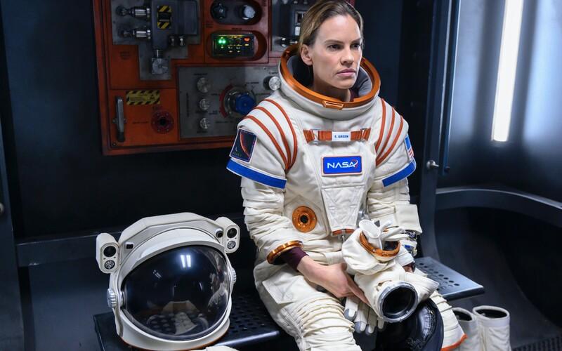 Hilary Swank se v seriálu od Netflixu vydává na Mars. Vydrží 3 roky ve vesmíru oddělená od rodiny, která ji potřebuje?