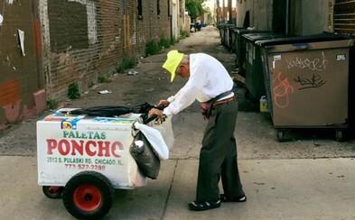 90letý stařík roky prodává nanuky a po smrti dcery musel pokračovat. Život mu změnili lidé na Facebooku, kteří vybrali již 250 tisíc dolarů