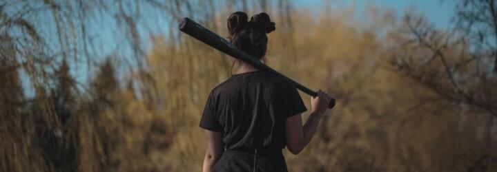 V Komárne vyčíňa dievčenský gang, baby vo veku 13 až 15 rokov šikanujú a mlátia iných ľudí