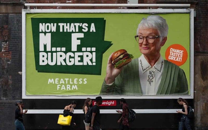 Výrobce veganských burgerů provokuje masožravce zdánlivě vulgární reklamou. Kampaň stála přes 40 milionů korun.