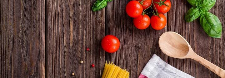 Baculatá blogerka napodobuje outfity celebrit pomocí jídla. Vyrábí je ze svých oblíbených pokrmů