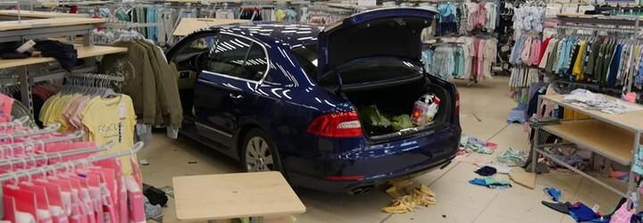 Seniorka za volantom zazmätkovala a vrazila do obchodu, kde bolo 20 ľudí