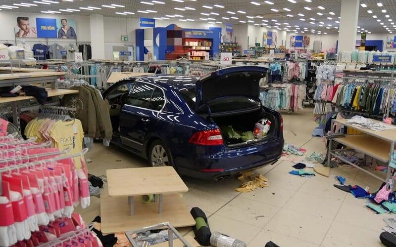 Seniorka za volantem zazmatkovala a vjela do obchodu, kde bylo 20 lidí.