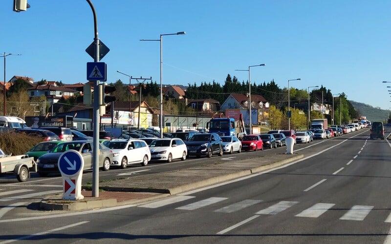 Sleduj, ako na Slovensku kolabuje doprava kvôli policajným kontrolám. Na hraniciach okresu si niekde postojíš dlhé hodiny.