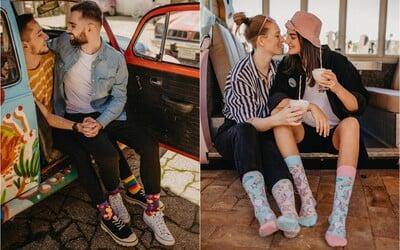 Už u vás nebudeme nakupovať, reagujú Slováci na dúhovú reklamu Dedolesu. Firma prezentuje lásku bez ohľadu na pohlavie.