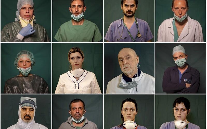 Portréty italských hrdinů: Fotograf zachytil lékaře a zdravotní sestry během přestávky nebo na konci šichty.