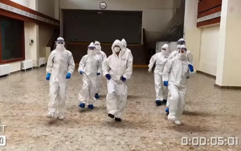 VIDEO: Bratislavskí zdravotníci si počas skríningu nacvičili chytľavý tanček, ktorý je hitom sociálnych sietí.