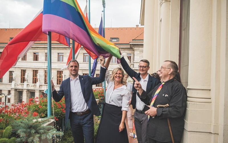 Praha v barvách duhy. Pražský magistrát na počest Prague Pridu vyvěsil duhovou vlajku.