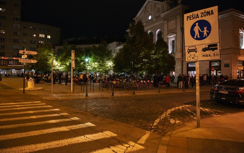 Život v Bratislave sa od nového roka zmení. Na terase si po jedenástej už neposedíš, menia sa otváracie hodiny barov a klubov.