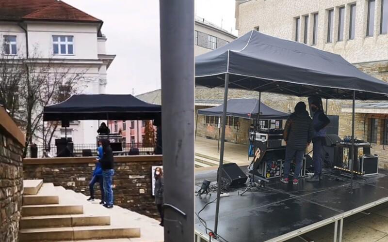 V Žilině testování zpříjemňuje DJ na provizorním koncertě. Po testu si lidé mohou vychutnat výstavu.