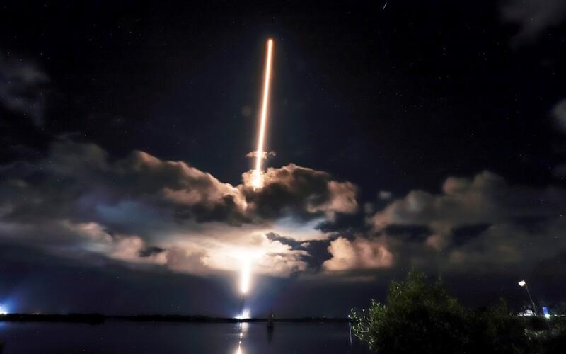 Raketa Lucy odletela do neba s diamantmi. John bude rád, komentoval bývalý člen The Beatles Ringo Star vesmírny let k Jupiteru.