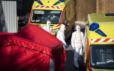 Slovák s podozrením na nový koronavírus vyradil až dve rôzne záchranky. Opäť zamlčal svoje kontakty s nakazenou osobou a lekári museli ísť do karantény.