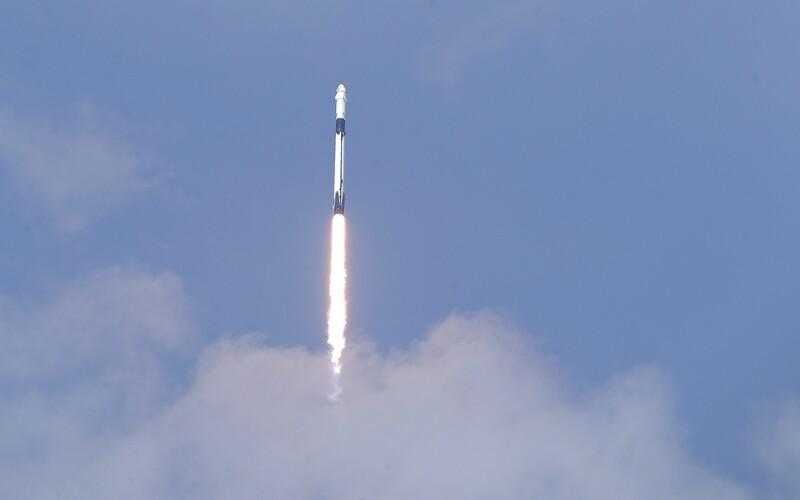SpaceX má za sebou další úspěšný start, jeho rakety do vesmíru vynesly GPS satelit třetí generace.