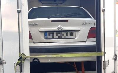 Rumun vopchal Citroen do nákladného auta a chcel ho previezť cez Slovensko. Odišiel s pokutou aj dlhým nosom.