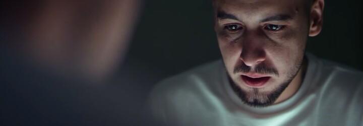 Hádaj, na čo Strapo myslí v najnovšom videoklipe z albumu 13. Poschodie