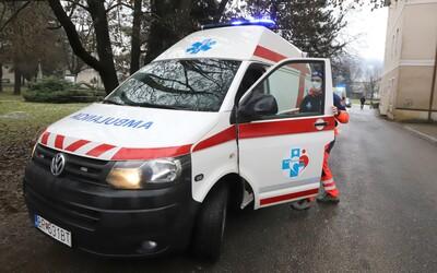Zrejme podgurážený pacient zaútočil na posádku záchranky: Lekára udrel do brucha, záchranárku kopol do tváre.