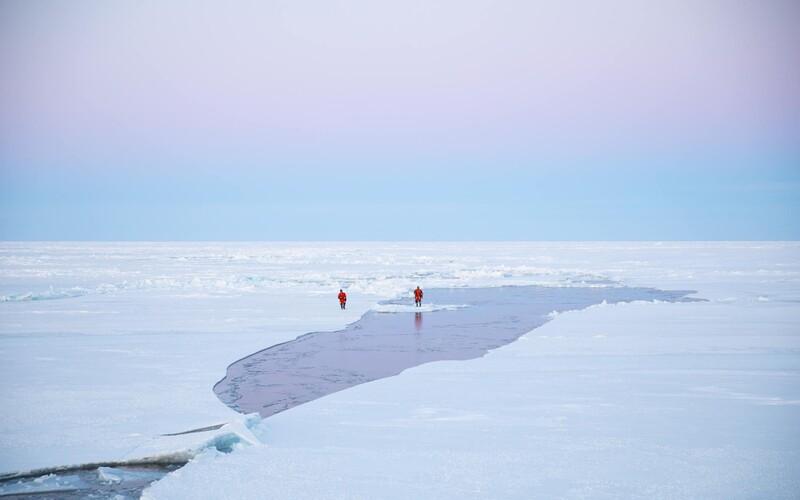 """""""Kde je všechen led?"""" Kvůli tání ledovců museli filmaři nového dramatického seriálu plout až téměř k Severnímu pólu"""