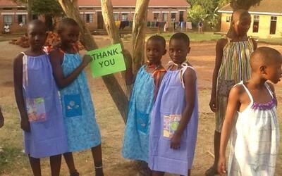 99-ročná babička každý deň šije šaty pre africké dievčatá
