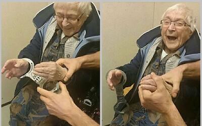 99-ročná holandská babička sa úmyselne nechala zatknúť a nasadiť si putá. Splnil sa jej tak jeden z celoživotných snov