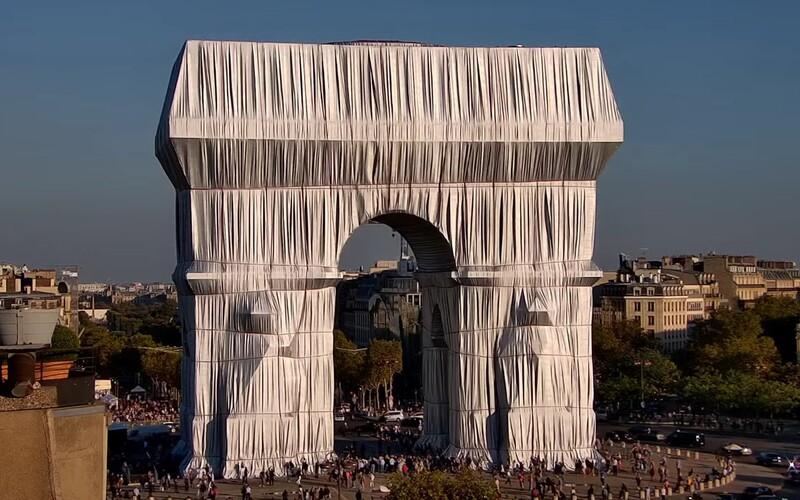 Slávny víťazný oblúk v Paríži zabalili do fólie. Zrealizovali tak celoživotný sen známeho umelca.