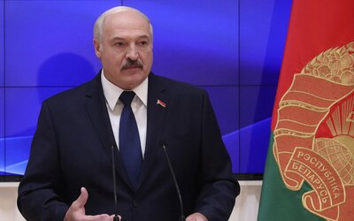 Běloruský prezident prohlásil, že vodka a sauny porazí koronavirus. Odmítl i zrušení fotbalové sezóny.