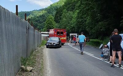 Vážna nehoda na strednom Slovensku, auto prešlo do protismeru a zrazilo cyklistov: Matka neprežila a syn bojuje o život.