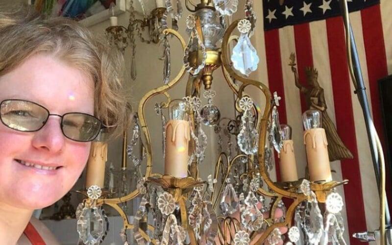 Angličanka si za manžela berie luster. Svojou láskou sa pochválila aj v televíznej relácii.
