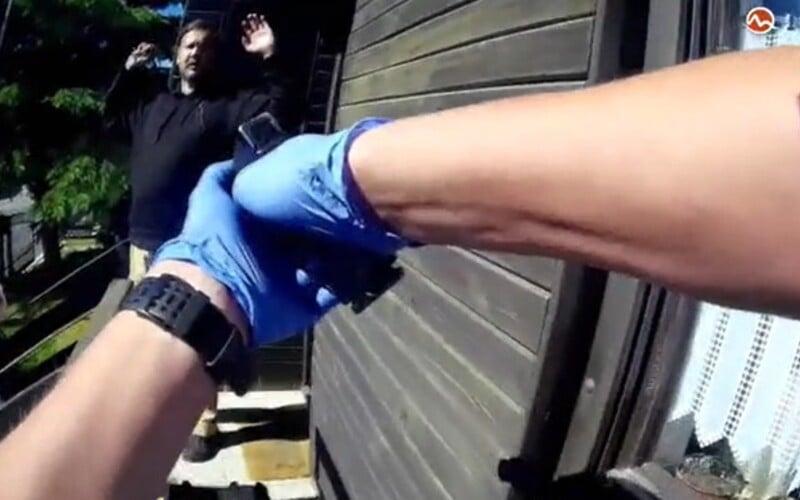 Muž z Popradu údajne dobodal svoju matku. Policajtom otvoril so zakrvavenými rukami.