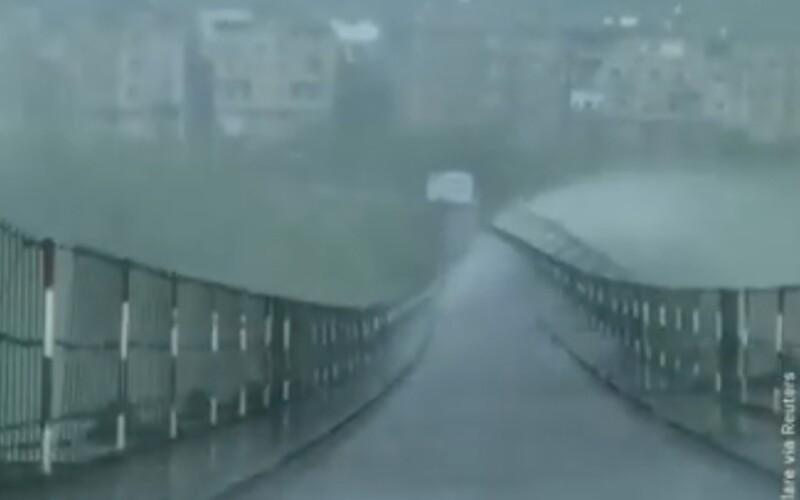 VIDEO: Čínsky most vo víchrici takmer lietal, nechýbalo veľa, aby sa odtrhol.