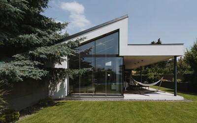 Jarovce odhaľujú rodinné bývanie za takmer 750 000 eur. Ponúka vyhrievaný bazén aj moderný dizajn