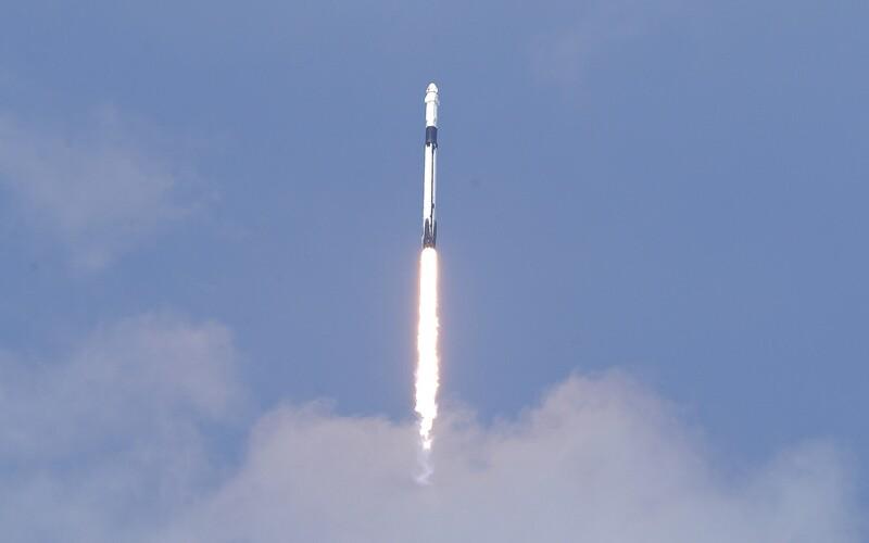 Vychutnaj si dychberúci štart lode Crew Dragon. Aj z návratu rakety Falcon 9 padali sánky.