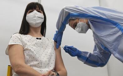 S odborníkem vyvracíme mýty o očkování proti koronaviru: Vakcíny nemění DNA ani nezpůsobují neplodnost