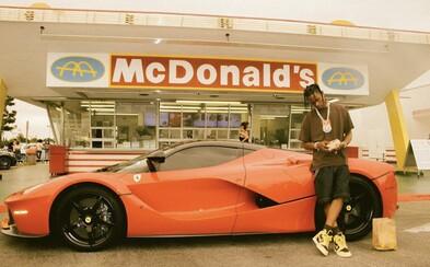 Travis Scott má své menu v McDonald's. Raper přijel svůj burger ochutnat v červeném Ferrari