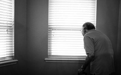 Pro seniory byla komunikace přes internet během pandemie zdrojem pocitů samoty, tvrdí nová studie.