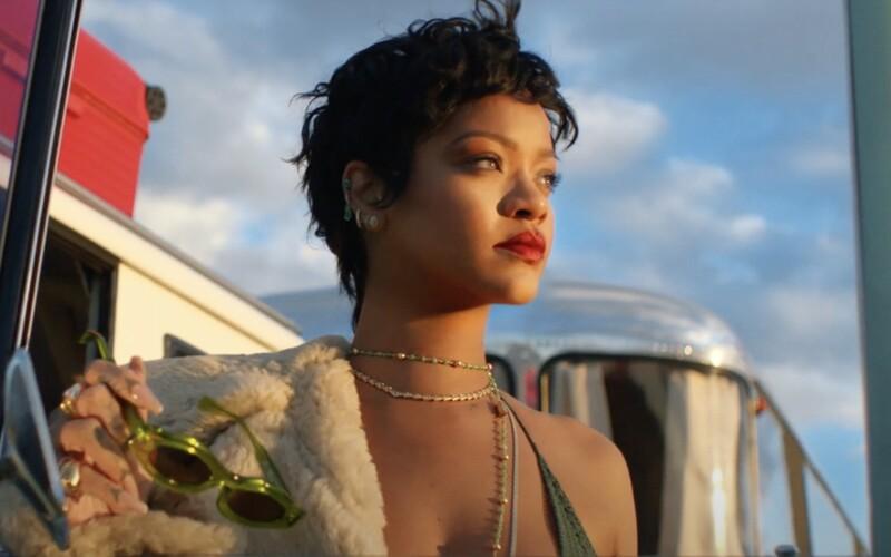 VIDEO: Očarujúca Rihanna ovládla reklamu na luxusné cestovné kufre. Sekundujú jej Roger Federer aj LeBron James.