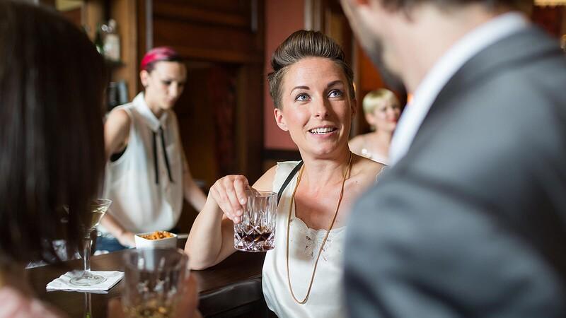 Muži a ženy stejného vzrůstu, kteří vypijí stejné množství alkoholu, pociťují účinky alkoholu stejně.