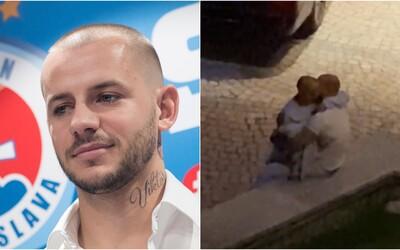 Vladimírovi Weissovi hrozí trest pre pikantné video, v ktorom si vymieňal nežnosti s Kmotríkom a močil na ulici. Zaoberá sa ním Slovenský futbalový zväz.